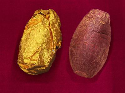 アルミで包まれた小さな焼芋